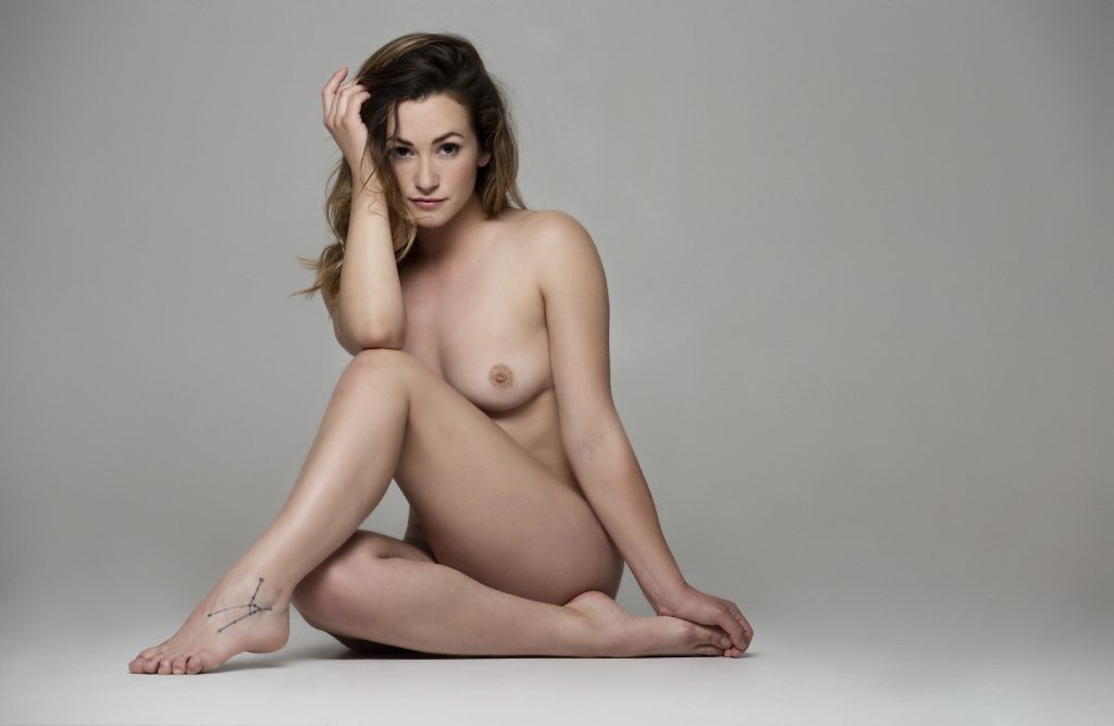 Here I used one rectangle soft box on a boom stativ to create beauty nude. Soft light and very easy to work with.